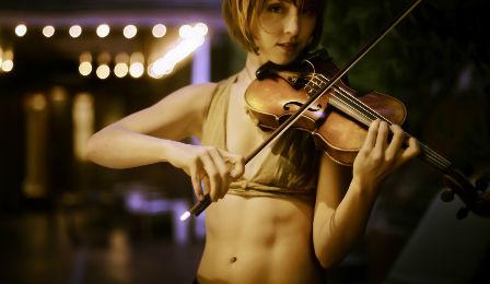 hot-violinist-448x260