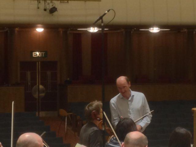 Andrew Manze talking tactics with Principal Cellist Jonathan Aasgaard